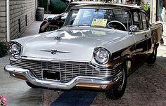 La Studebaker Commander génération 7 de 57, cette voiture ancienne fut fabriquée en 1957.