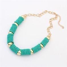 $28000- collar en chaquiras verde marino con accesorios de metal dorado. Muy elegante