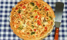 Kycklingpaj med champinjoner, paprika och broccoli - en supergod pajbåde varm och kall till fest, buffe eller vardags. Servera gärna kycklingpajen med blandad sallad till. Exempelvis isbergssallad, rosesallad, machesallad, fint skivad rödlök, delade cocktailtomater, gurka i stavar; blanda i en stor skål med god olivolja, vinäger, salt och lite vitpeppar (lite dijonsenap är också gott i). Vegetable Pizza, Quiche, Broccoli, Food And Drink, Vegetables, Breakfast, Recipes, Drinks, Prom Dresses