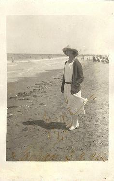 1922 summer dress & hat at the shore