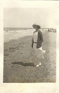 1922 summer dress & hat at the shore