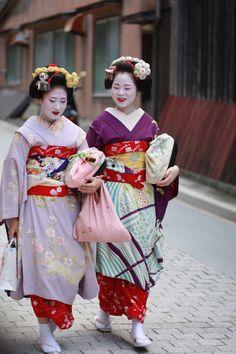 Maiko Katsunosuke and Maiko Momokazu.