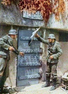 Soldados franceses, os quais estão atrás da porta, se rendendo a dois soldados alemães na Linha Maginot, em 1940. #Rober