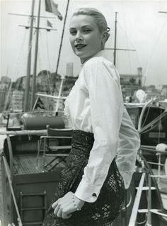 Grace Kelly at Cannes Film Festival, photo by Edward Quinn, 1955 Moda Grace Kelly, Grace Kelly Style, Classic Hollywood, Old Hollywood, Hollywood Glamour, Hollywood Actresses, Actors & Actresses, Robert Cummings, Patricia Kelly