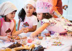 Uma graça a ideia desta festa!!! Com oficina de cupcakes, as meninas passaram a tarde na pâtisserie francesa da aniversariante! Era como se todas estivessem em uma confeitaria com aventais e chapéus para todas as convidadas! Tudo super charmoso e cheio de detalhes capturados pela fotografa Tarciana Araújo (clique). Confira!