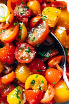 5-Ingredient Marinated Tomatoes Recipe - Pinch of Yum Easy Delicious Recipes, Healthy Recipes, Healthy Snacks, Vegetarian Recipes, Tasty, Marinated Tomatoes, Summer Tomato, Summer Bbq, Summer Food