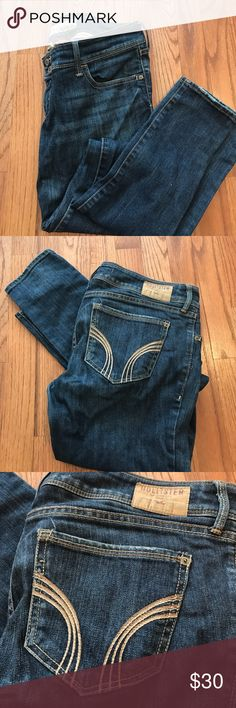 Hollister Women's Stretch Jean Low rise, Skinny, Dark wash jeans. Two buttons in front closure, with both side pockets and two pockets in back. Condition: Great, only worn handful of times Hollister Jeans Skinny