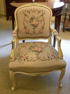 Hermoso sillón de madera tallada y dorada y tapizado de tapiz