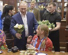 2014 год. Владимир Путин и волонтеры Олимпиады в Сочи