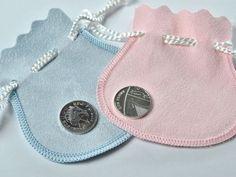 A Família Real Inglesa vai oferecer um pequeno presente aos bebês que nascerem no mesmo dia do filho de William e Kate. Quer saber o que é o mimo? Dá uma espiadinha!