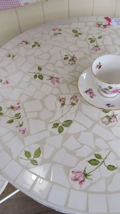 broken china mosaic table Craft and DIY Projects and Tutorials Tile Art, Mosaic Art, Mosaic Glass, Mosaic Tiles, Glass Art, Glass Tiles, Mosaic Garden Art, Tiling, Stained Glass
