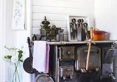 Vanhan ajan puuhella on keittiön lämmin sydän. Katso ihanat keittiöideamme! Hygge, Kitchen Dining, Furniture, Fireplaces, Home Decor, Gate Valve, Fireplace Set, Kitchen Dining Living, Fire Places