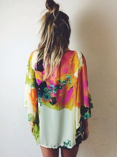 Not sure how I feel about the bun. Love the Watercolor kimono. Half top knot bun and a tan to boot. Wear Kimono on numerous occasions, from afternoon lunch to night out. Accessorizing is key. Looks Style, Looks Cool, Style Me, Look Festival, Festival Fashion, Festival Hair, Hippy Chic, Boho Chic, Bohemian Style