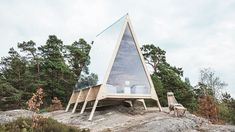The A Located in Vallisaari an island in Helsinki Finland the Nolla cabin designed by Robin Falck for Neste is a dwelling that spans a compact and boasts a minimal carbon footprint. Helsinki, Cabin Design, House Design, Ideas De Cabina, Renewable Energy Companies, Off Grid, A Frame Cabin, Tiny Cabins, Prefab Cabins