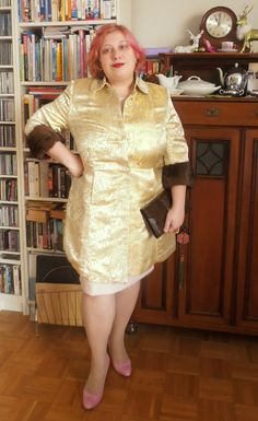 The German plus size community #GermanCurves has a challenge today: A Glamorous New Year's Eve-Mit Glamour in das neue Jahr!. I will post another outfit, a safer one. But what could be more glam...  #GermanCurves: Mit Glamour ins neue Jahr – Golden Girl  #MissKittenheel #plussize #vintage #curvy