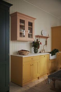 Classic Home Decor, Classic House, Bright Kitchens, Home Kitchens, Yellow Kitchens, Colorful Kitchens, New Kitchen, Kitchen Dining, Kitchen Cupboards