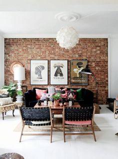 dekoracyjna ściana z czerwonej cegły w salonie