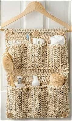 organização do banheiro com cabide de crochê