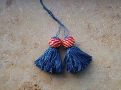 These are the tassels I made for Joris. I used Aurora fine 2 ply spun silk, and it is so much better for making tassels than Devere 1200 de. Medieval Embroidery, How To Make Tassels, Medieval Life, Passementerie, 14th Century, Fringes, Middle Ages, Handicraft, Tassel Necklace