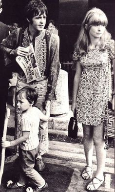 Paul McCartney, Jane Asher & little Julian Lennon.. sooo cute!  :)