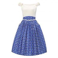Retro šaty Lindy Bop Carla Blue Heart Šaty ve stylu 50. let. Krásné šaty, které si Vás získají svou jedinečností, můžete je využít na svatby, oslavy, krásné letní dny, na dovolenou či jen tak pro radost. Skvěle padnoucí bílý živůtek s mírně spadlými rameny a modrá sukně s bílými srdíčky vyvedenými jakoby z provázku v áčkovém střihu. Boční kapsy zdobené légou a knoflíkem, součástí bílý úzký pásek, kryté zapínání v bočním švu. Materiál - živůtek 60% viskóza, 35% polyester, 5% elastan, sukně…