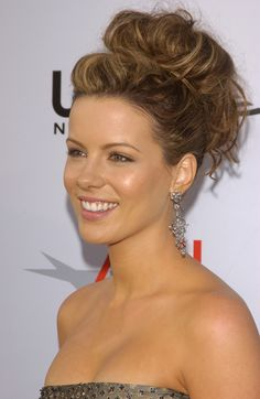Kate Beckinsale has the prettiest hair dos. Weave Ponytail Hairstyles, Pretty Hairstyles, Hair Updo, Burgundy Hairstyles, Wedding Updo, Wedding Hairstyles, Cornrows With Weave, Kate Beckinsale Hair, Actrices Hollywood