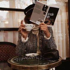 Tweed jacket with cream turtleneck. French girl style at a cafe. Audrey Leighton Rogers' coffee break at Cafe de Flore in Paris, France Anais Nin, Parisian Style Fashion, Parisian Chic, French Street Fashion, French Lifestyle, Luxury Lifestyle, Foto Pose, Foto E Video, Fashion Photography
