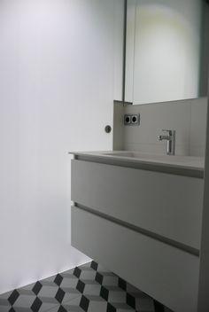 Baño integrado en suite-vestidor con encimera de corian by SMSTUDIO