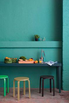 Un coin salle à manger plein de couleurs bleu vert soutenu, votre pièce a tout de suite plus de dynamisme.  Peinture Mild Ocean chez Maître en couleur.