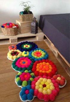 DIY Alfombra de pompones paso a paso - Patrones gratis Crafts To Make And Sell, Diy And Crafts, Arts And Crafts, Diy Carpet, Rugs On Carpet, Carpets, Crochet Crafts, Yarn Crafts, Pom Pom Rug