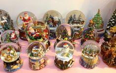 Vários globos de neve de Natal. Com música.  Many christmas snowglobes. With music.