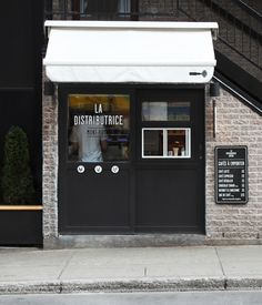 Want to enjoy coffee in the smallest cafe in North America? Head on over to La Distributrice, a tiny coffee shop located under a staircase in Montreal. Design Café, Store Design, Café Espresso, Small Coffee Shop, Mini Bars, Coffee Places, Coffee Service, Cafe Shop, Small Cafe