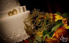 Topo de bolo personalizado com o monograma do seu casamento.