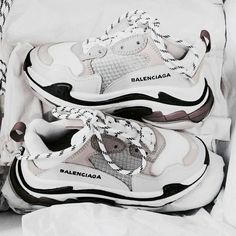 𝓼𝓾𝓼𝓪𝓷𝓼𝓲𝓷𝓼𝓹𝓲𝓻𝓪𝓽𝓲𝓸𝓷 - fashion – shoes – balenciaga – white – grey – goals – inspiration – sneakers – stylish – vogue – inspo Source by mayazerrati - Dr Shoes, Hype Shoes, Me Too Shoes, Shoes Sneakers, Sock Shoes, Sneakers Addict, Adidas Shoes, Sneakers Fashion, Fashion Shoes