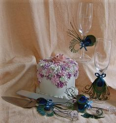 Beautifully designed set with #peacockfeathers to serve delicious cake.