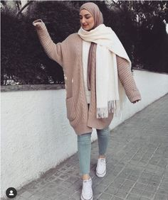Chunky long cardigans and sweaters with hijab styles Modern Hijab Fashion, Street Hijab Fashion, Korean Fashion, Muslim Fashion, Chunky Cardigan Outfit, Turtleneck Outfit, Teen Fashion Outfits, Chic Outfits, Girl Fashion