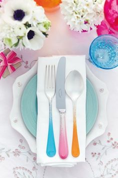 Cover the top of the cutlery with masking tape. Spray paint each handle, feathering it towards the top. When dry, spray the handles with clear enamel to fix Homemade Anniversary Gifts, Wedding Anniversary Gifts, Wedding Gift Cutlery, Yellow Wedding, Dream Wedding, Modern Wedding Gifts, Cheerleading Gifts, Diy Ombre, Tiffany Wedding