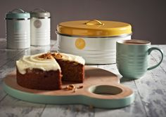 Shop for Typhoon Americana Vintage Cake Tin. Create a stylish, vintage kitchen decor with this Cream & Yellow Cake Tin. Vintage Kitchenware, Vintage Kitchen Decor, Rustic Kitchen, Cream Kitchen Accessories, Wooden Chopping Boards, Wooden Boards, Cutting Boards, Cake Storage, Great British Bake Off