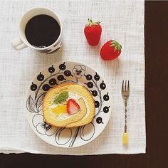 410/・今日のおやつ☺︎♪ ・ ロールケーキ と 珈琲 と いちご ・ コンビニケーキで1番美味しいと思うのは? 私は LAWSON に 1票☝️ ( コレは セブンイレブンの … 笑 ) ・ ・ ・ #おやつ #ロールケーキ #cafe #café #ケーキ #cake #coffee #コーヒー #珈琲 #Arabia #アラビア #ブラックパラティッシ #ブラパラ #マリメッコ #marimekko # # #北欧食器 #北欧