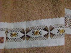 Este es el bordado yugoslavo de una de las toallitas faciales en tono café claro.