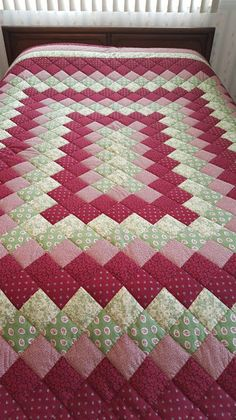 Queen Size Burgundy & Green Journey Around the World Hand Quilted Quilt - Patchwork Colchas Quilting, Machine Quilting, Quilting Projects, Sewing Projects, Patchwork Quilt Patterns, Quilt Block Patterns, Quilt Blocks, Quilt Baby, Hand Quilting Designs
