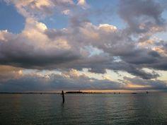 Nautica sostenibile: tour nella laguna di Venezia con barca a motore elettrico Tour, Venice, Cool Pictures, Cool Things To Buy, Clouds, Sunset, City, World, Places