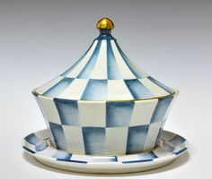 Soup-tureen by Nora Gulbrandsen (decor) and Hans Flygenring (model) for Porsgrund Porselen. In production between Model nr