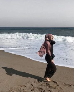 Pin by aaliya mohamed on photo ideas in 2019 арабские женщин Hijab Fashion Summer, Modest Fashion Hijab, Modern Hijab Fashion, Casual Hijab Outfit, Hijab Fashion Inspiration, Hijab Chic, Outfit Essentials, Photos Bff, Videos Instagram