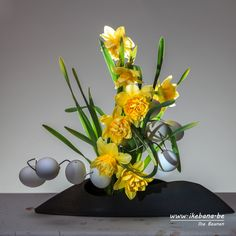 Wishing everybody a very Happy Easter that is filled with plenty of love, happiness, and of course ikebana.  #ikebana #sogetsu #easter