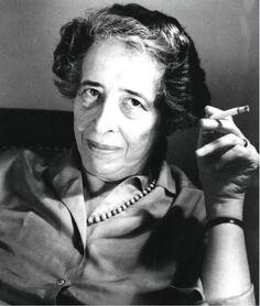 HANNA ARENDT  Nació en Hannover el 14 de octubre de 1906. Tras ampliar sus estudios en tres universidades, obtuvo su doctorado con 22 años en humanidades en la Universidad de Heidelberg. En 1933 se exilio en Francia durante el movimiento nazis y en 1941 huyó a Estados Unidos, cuya nacionalidad adoptó en 1951. Murió en 1975.