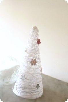 Diy sapin décoratif avec de la ficelle et du vernis colle pour #Noel.