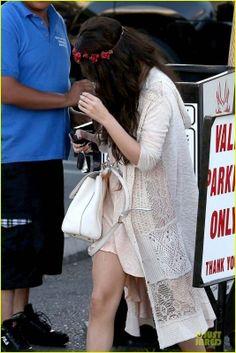 Selena  e Charity Baroni vão almoçar em Tarzana, CA  4