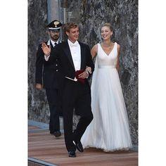 """""""Así llegaban #PierreCasiraghi y #BeatriceBorromeo a la Isla Borromeo en el Lago Maggiore. Ella luciendo un vestido diseñado en tul y seda por @armani"""""""
