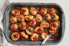 Upgrade your regular roast potatoes by dousing them in golden syrup and bacon. It's the salty-sweet side you never knew you needed. Roasted Potato Recipes, Roasted Sweet Potatoes, Savoury Recipes, Vegetarian Recipes, Slow Roast, Roast Dinner, Golden Syrup, Side Dishes Easy, Main Dishes